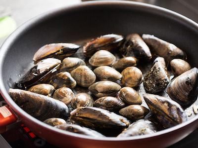 ムール貝の白ワイン蒸しのレシピ、ムール貝を入れる