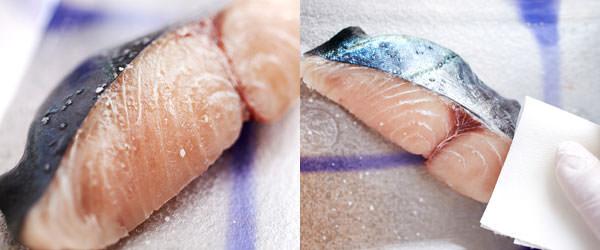 フライパンで作る焼き魚のレシピ、魚にふり塩をして、水分をふき取るところ
