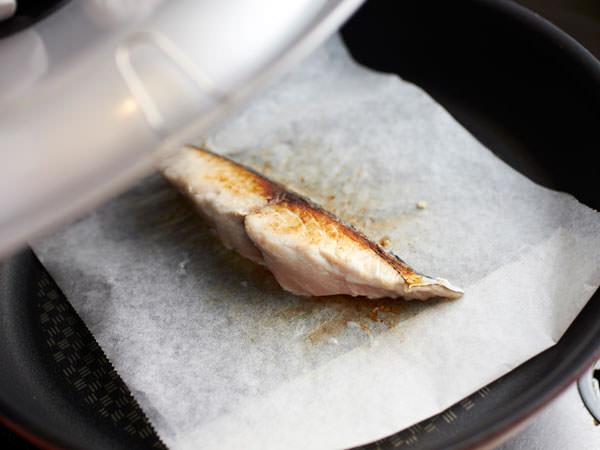 フライパンで作る焼き魚のレシピ、ふたを取り水分を飛ばす