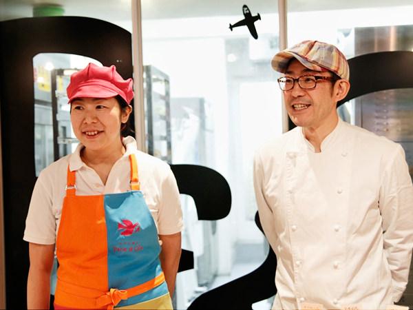 店主の小林照明さん(右)、奥様の小林伊基子さん(左)