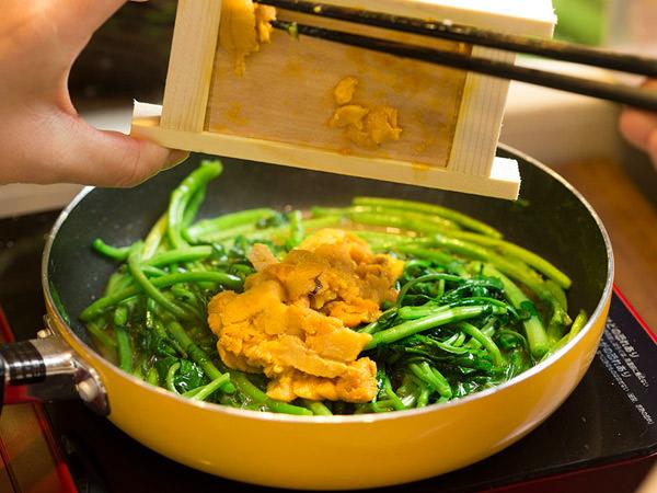 ウニクレソンの作り方、ウニを加えて炒める