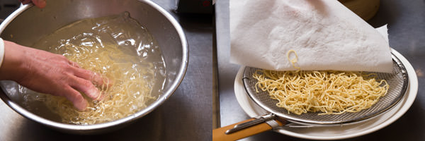 流水で麺のぬめりをとり水分を拭き取る