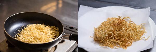 フライパンで麺に焼き色をつける