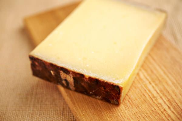 <チーズ オン ザ テーブル>グリエール・ワインウォッシュ