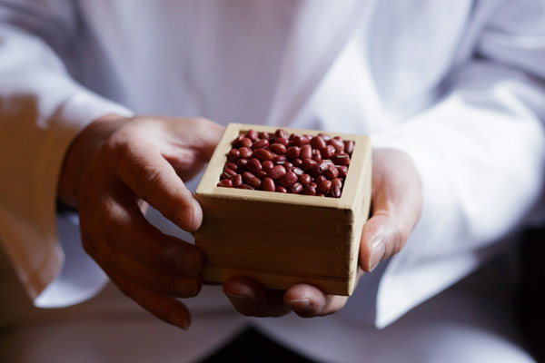 餡の材料、小豆をもつ手