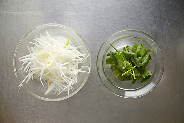 あさりの滋養スープの作り方、葉を摘んだパクチーと白髪ねぎ