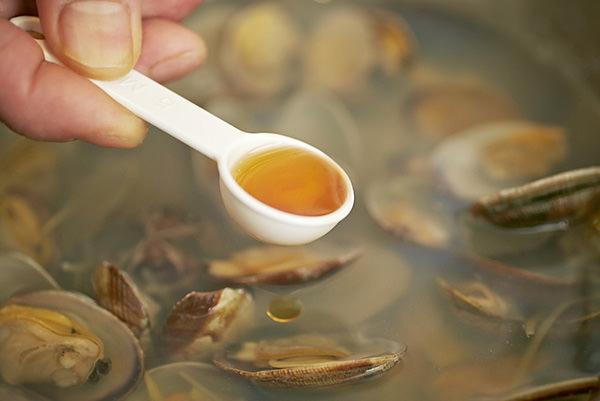 あさりの滋養スープの作り方、ごま油を加える