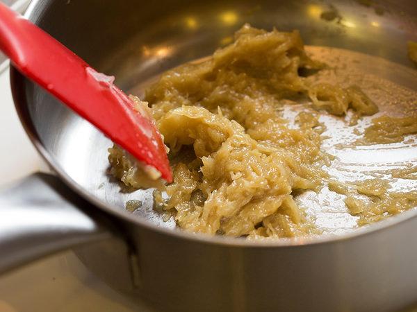 玉ねぎは薄切りにし、鍋にサラダ油を熱し、あめ色になるまで炒めて、粗熱をとる。