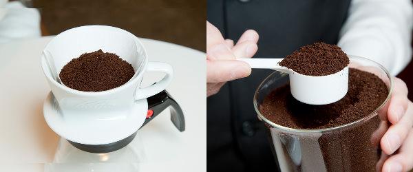 左:ドリッパーに入れたコーヒー豆/右:軽量スプーンに山盛り