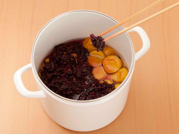 白梅酢と合わせ、梅の塩漬けに加える