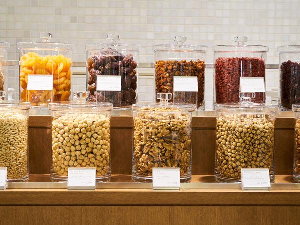 メデリュの店頭に並ぶナッツとドライフルーツ