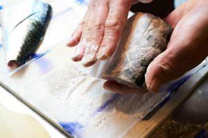 鯖に片栗粉をまぶしている画像