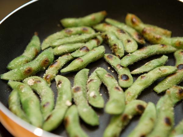 枝豆を焼いて調理しているところのイメージ