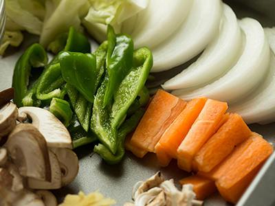大きさを揃えて切った野菜