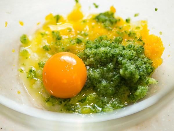すりおろした材料に卵黄を入れる