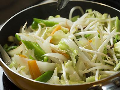 野菜炒めに大さじ1杯の水を加える
