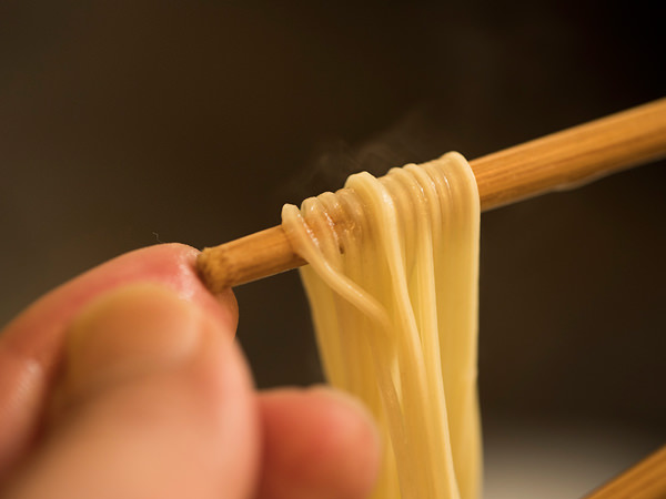 麺を引き上げる