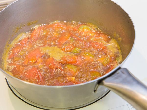 トマトを煮詰めているところ