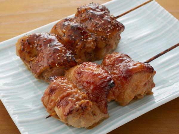 柿安ダイニングのスパイシー黒胡椒チキン焼き串と若鶏の信州みそ焼き串
