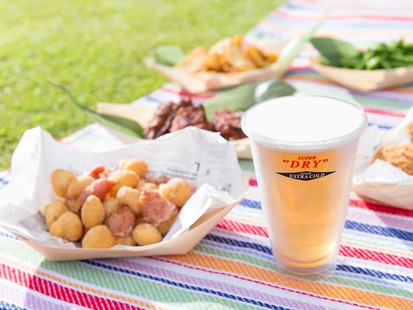 ピクニックのイメージ。料理とビール