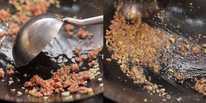 ひき肉を炒める(左:色が変わった)(右:パラパラの状態)