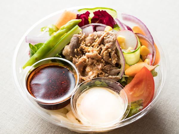 MINARIの10種野菜と牛肉の温玉サラダうどん