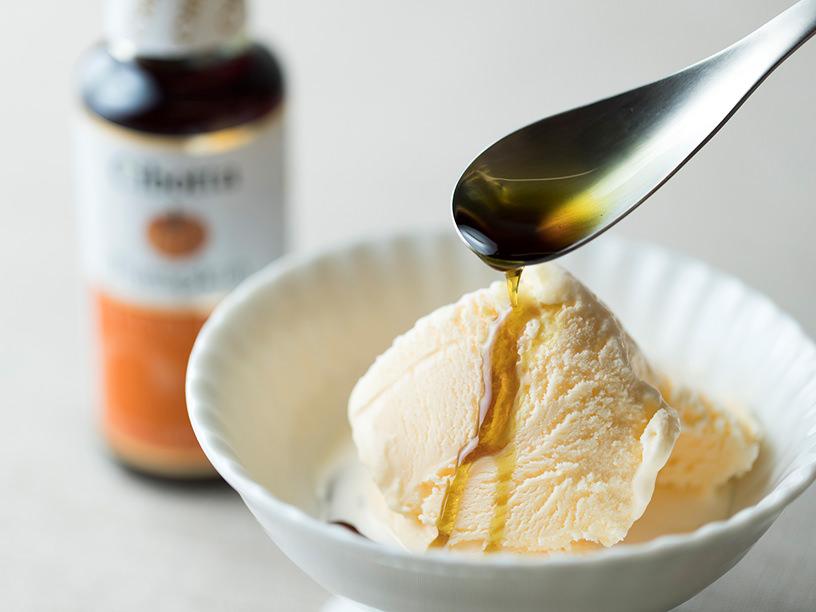 バニラアイスにオイルをかける