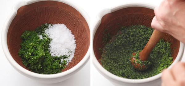 青柚子と青唐辛子に塩を加え、すりこ木ですり混ぜる
