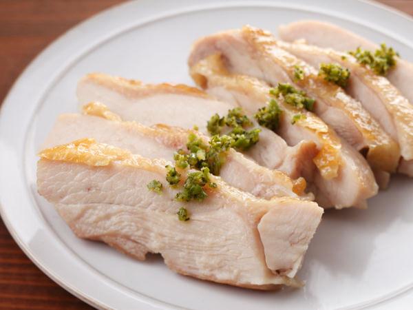 鶏肉のソテーに手作りの柚子こしょうをつけて