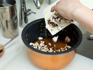 炊飯器に刻んだどんこを入れるところ