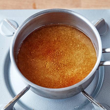 ザラメ糖を煮溶かしているところ