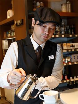 コーヒを注ぐ店長の細川さん