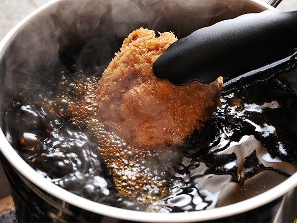 揚げたかつをソースで煮込む