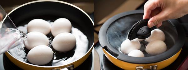 フライパンに卵を入れて水を注ぐ