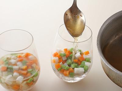 かにと野菜にゼリー液を注ぎ入れる