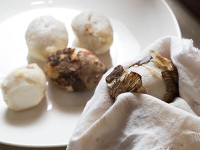 ふきんを使って、里芋の皮をむく