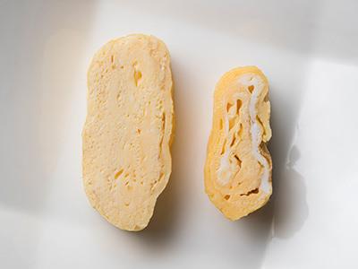 鈴木シェフの焼いた卵焼きと、FOODIEスタッフが普段通りに焼いた卵焼きの比較