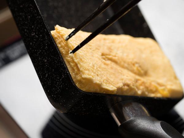 卵焼きの側面もしっかり焼いて、きれいに仕上げる