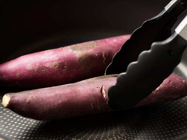 さつま芋をフライパンに入れ、こんがりと焼き目をつける