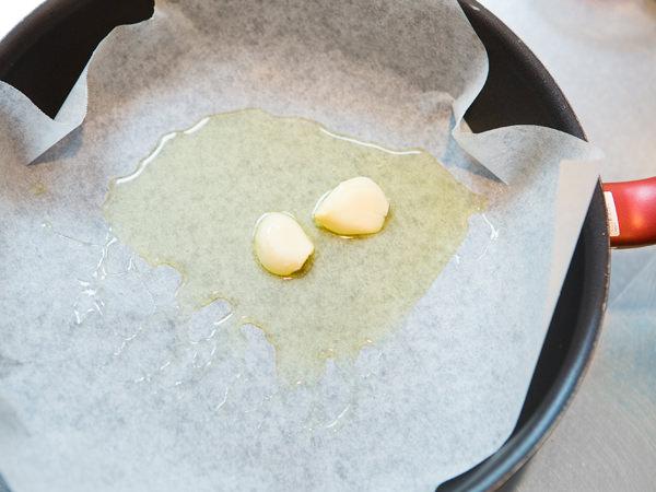 オリーブ油とにんにくを熱する