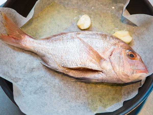 真鯛に焼き色をつける