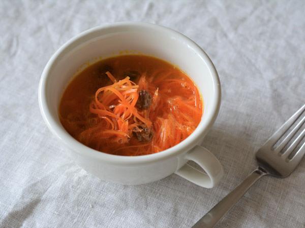 有賀薫さんのにんじんと干しぶどうのスープ