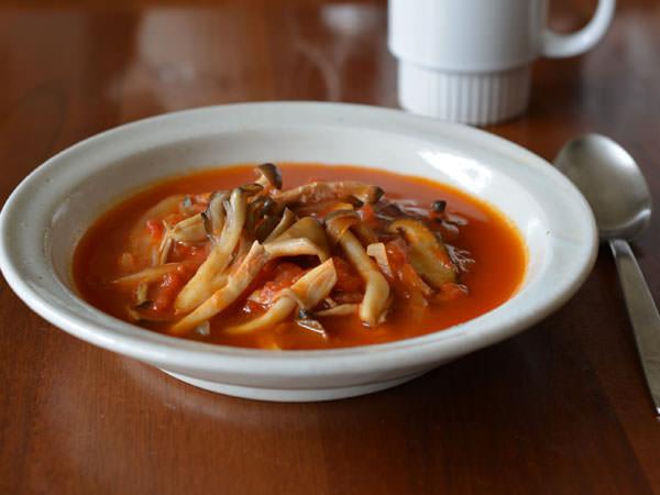 有賀薫さんのミックスきのこのトマトスープ
