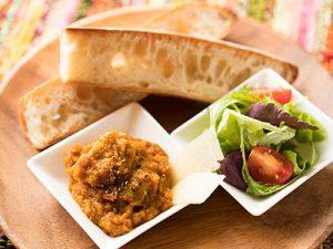 カレー、フランスパン、サラダの盛りつけ例