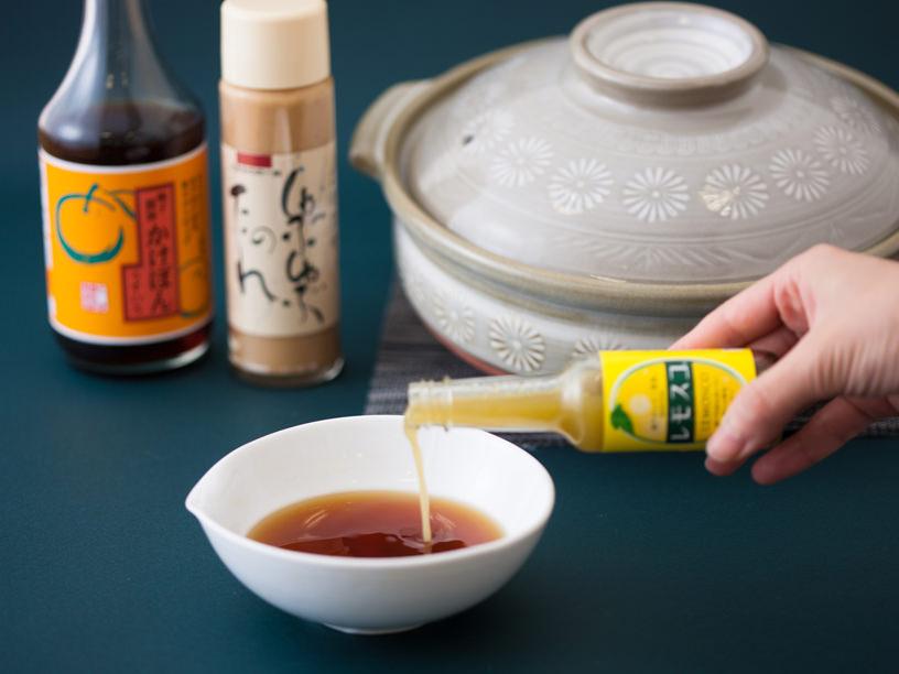 鍋のつけダレに調味料を加える