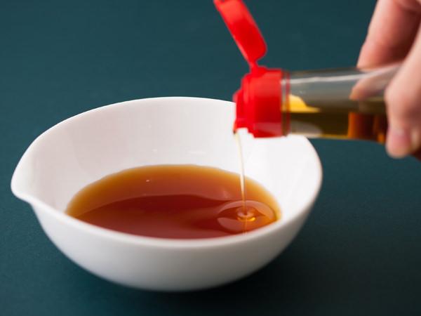ポン酢にごま油を足しているところ