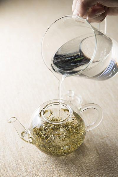 黄金みどりの茶葉を淹れた急須に水を注いでいるところ