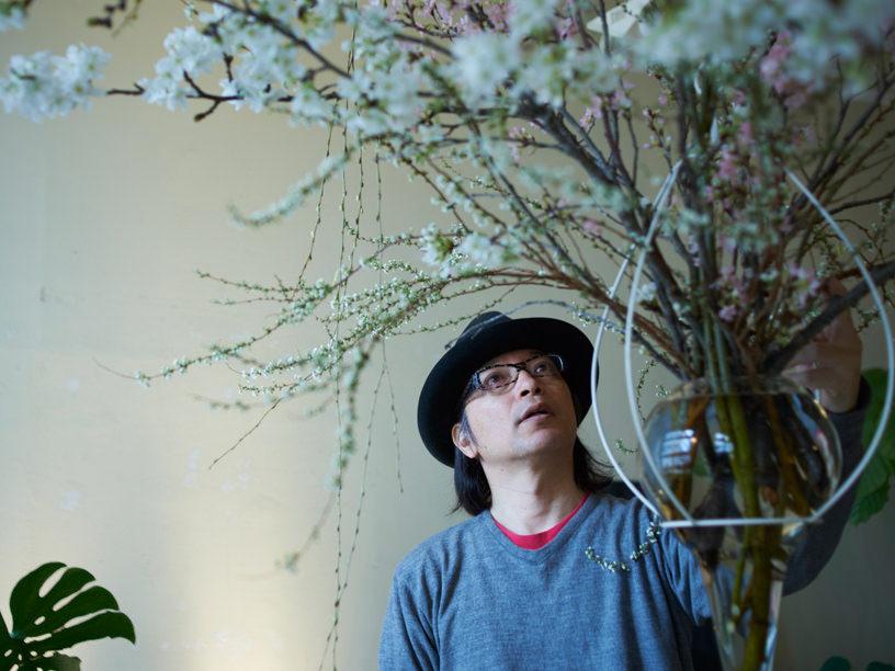 塚田有一さんが生花をする様子