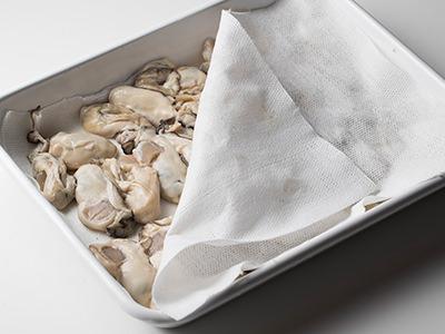 牡蠣の水気はしっかり拭き取る