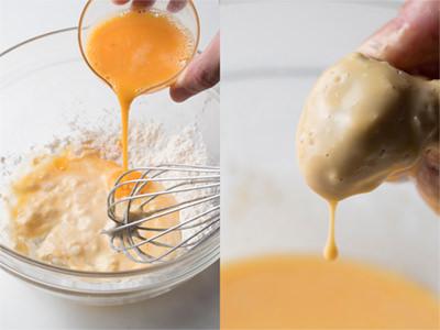 卵・水・粉を合わせた「バッター液」に牡蠣をつける